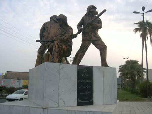 Паметникът на пожарникарите. В доста ирански градове са издигнати паметници на пожарникарите. Обичайно са разположени близо до противопожарните служби. Очевидно там уважават тази отговорна и опасна професия за смели мъже.