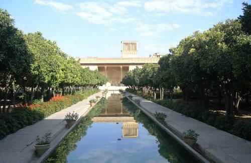 В крепостта е разположен дворцовият комплекс с цитрусови градини и езерца