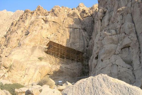 Стълбите и платформата, от която се вижда барелефа с надписи на Дарий I