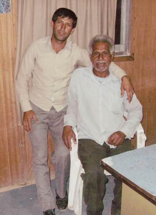 Хамид (от ляво) и арабинът Зеро (седнал на стола) Около 3% от населението на Иран са араби.  Те населяват предимно югозападната част на страната, районите до границата с Ирак.