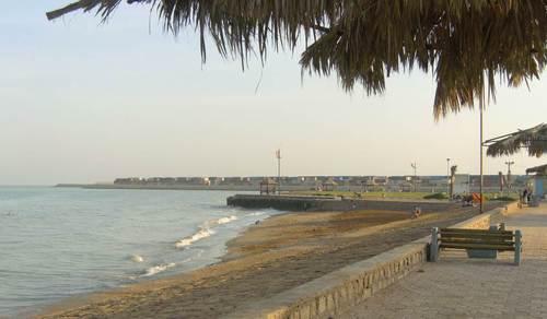 Плажът на Бушер, малко след 7 часа сутринта. Иранците вече се къпят в морето.