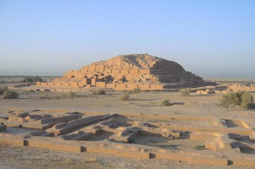Централната част на религиозния комплекс Чока Занбил с руините на терасовидната пирамида