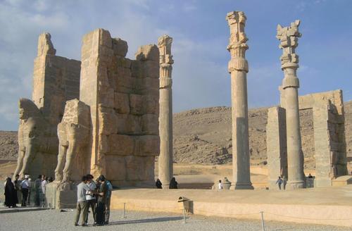 Портата на народите със скулптурни групи и древни надписи