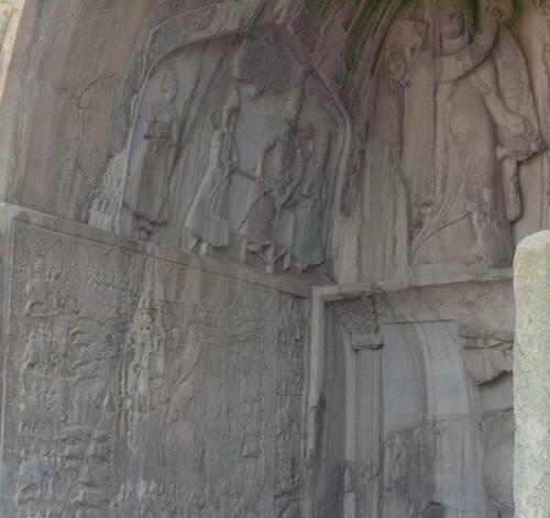 Горният барелеф в дъното на най-голямата ниша изобразява коронясването на цар Ардашир II. От едната му страна е зороастрийският бох Ахура Мазда. От другата му страна е индо-иранската богиня Анахита.