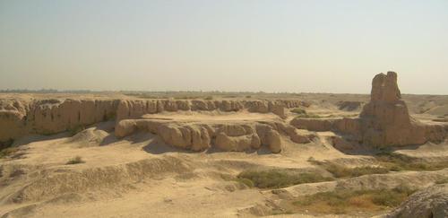 Това е останало от градската част на древна Суса, където сградите са били изгредени от глина и кирпич