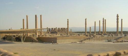 Панорамен поглед към двореца Ападана с представителните стълбища, украсени с барелефи