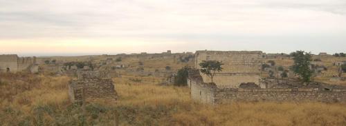 Почти напълно разрушени азерски къщи