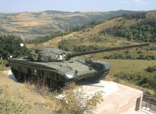 Танк, поставен като мемориален паметник на арменските воини, воювали и загивали за независимостта на Нагорни Карабах.Намира се между столицата Степанакерт и град Шуши