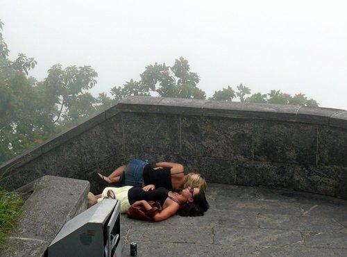 Нещастни туристи чакат да се махнат облаците