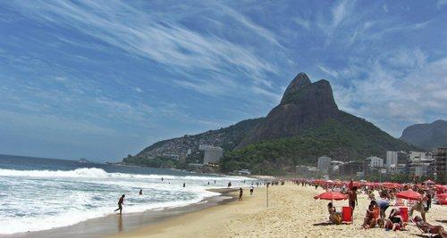 Плаж и хълмове