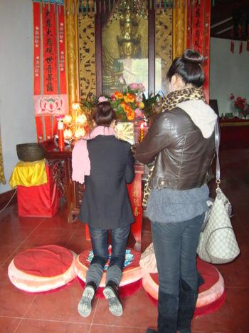 Тези момичета се молиха горещо във всички храмове