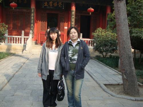 Аманда (вдясно) с братовчедка си Ева