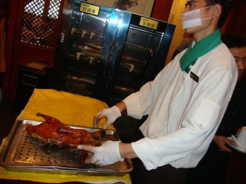 Сервитьорът нарязва патицата