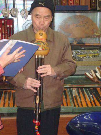 Музикант свири на хурусъ