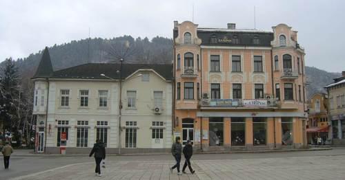 Централният площад на Кюстендил, гледан в посока към хълма Хисарлъка