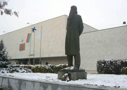 Художествената галерия с паметника на Владимир Димитров-Майстора пред нея