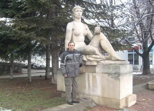 Авторът до една от четирите скулптури, поставени край Железния мост