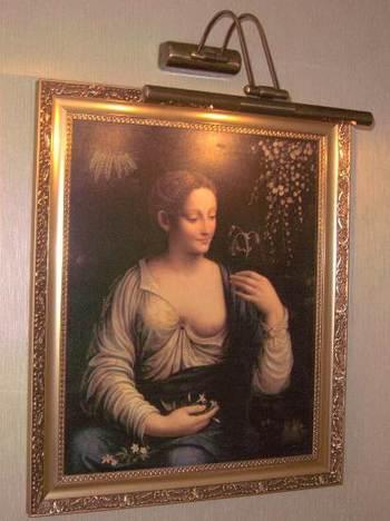 Картини по стените на коридорите и фоайетата на хотела