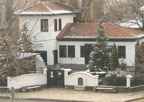 Къща-музей 'Димитър Пешев' – снимка от прозореца на стаята ни в Стримон СПА Клуб