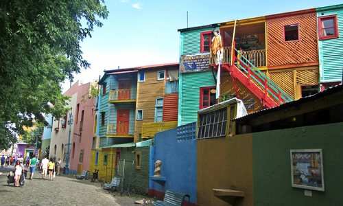 Характерните за Бока цветни къщи
