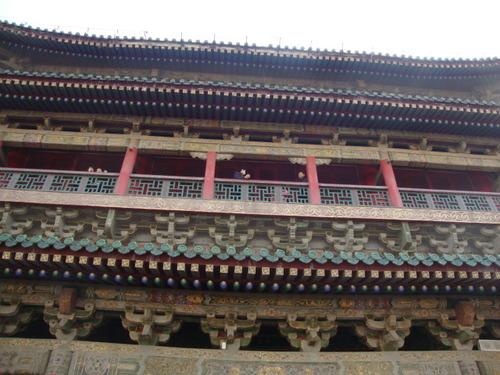 Aжурени плетеници по фасадата на кулата