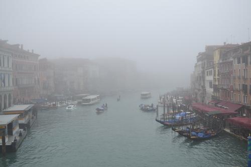Венеция, изглед от моста Риалто рано сутринта