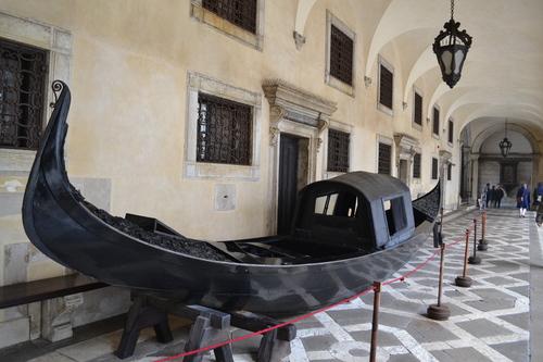 Венеция, гондола в двора на двореца на дожите