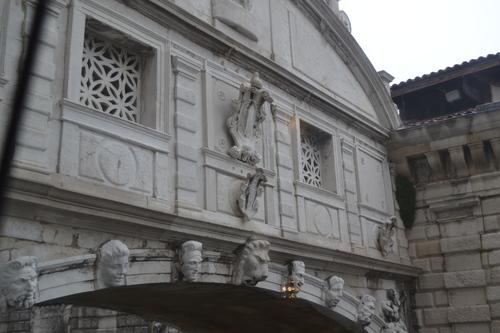 Венеция, Двореца на дожите, изглед към 'моста на въздишките' от вътрешността на двореца