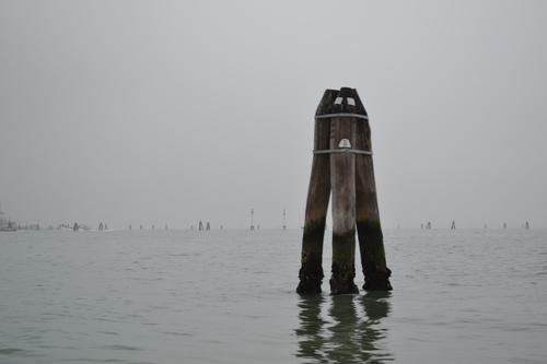 Венеция, трите кола маркират водните пътища в лагуната