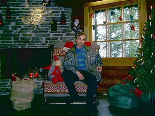 В креслото на Дядо Коледа в неговата стая в Пощенския му офис