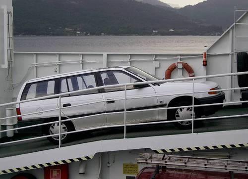 Автомобилът ми, качен на по-малки и на по-големи фериботи, пресичащи фиордите