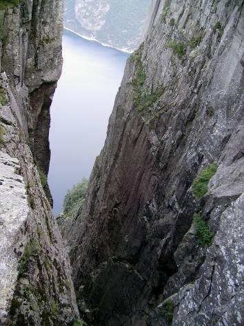 Поглед от Прекестолен надолу към фиорда Лисефьорде