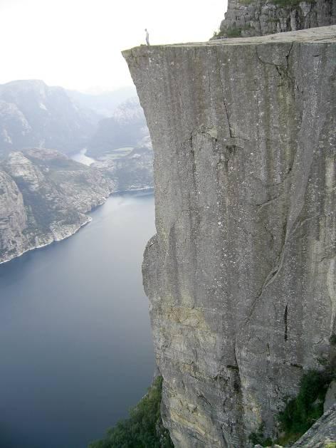 Прекестолен (Preikestolen) е най-популяр-ната скала в Норвегия. Издига се на 604 метра над морското равнище и е разположена на  фиорда Лисефьорде (Lysefjorden). В буквален превод името на скалата означава Катедра (или по-точно църковен амвон). А пък името на фиорда се превежда като Лазурния фиорд.