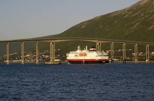 На някои места фиордите се пресичат от големи мостове