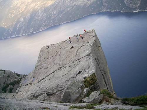Прекестолен и Лисефьорде, гледани под друг ъгъл. Върху скалата се забелязва голяма пукнатина, която всяка година се увеличава. Вероятно след време отцепващата се част ще бъде закрепена с огромни метални винтове за да не се откъсне и падне надолу.