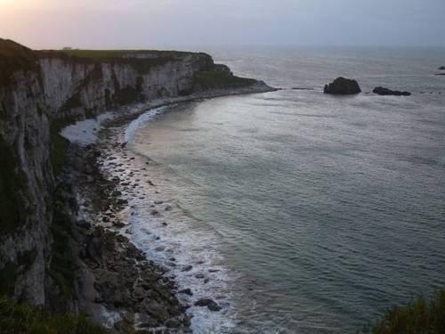 Крайбрежните скали след залез слънце