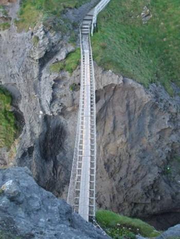Въженият мост, гледан от скалата над него