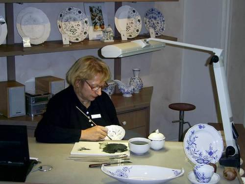 На третото работно място туристите наблюдават рисуването на фините фигури върху порцелановите предмети.