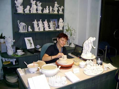 Във втората работна зала  се правят фигурите  върху изделията от порцелан.