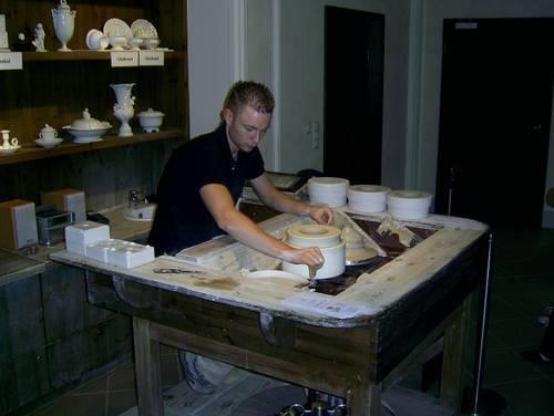 Първо се оформят заготовките от каолинова смес. Този процес наподобява грънчарското производство.
