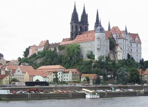 Поглед към западния бряг на Елба със стария град (Altstadt), двореца Албрехтсбург (Albrechtsburg) от 15-ти век и средновековната катедрала.