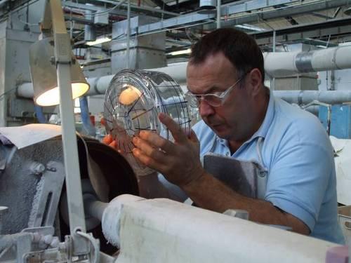 Фигурите върху изделията се оформят чрез издълбаване върху кристала със шмиргел. За това се изисква пълна съсредоточеност и голямо внимание.