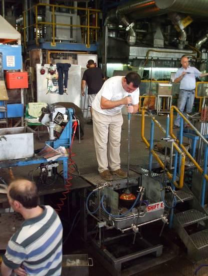 На следващия етап, чрез духане с уста в тръбата с цел вкарване на въздух в стъклената заготовка, работникът оформя вътрешното пространство на изделието (ваза, кана и т. н.).
