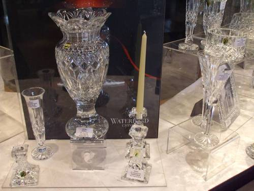 Вазата се продава за 800 евро, а свещникът в дясно от нея струва 146 евро.