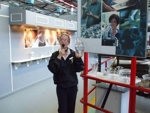 Екскурзоводката води групата из завода и разяснява производствените процеси. Сред музейните експонати тя разказва за историята на фабриката, производствената номенклатура и основните клиенти.