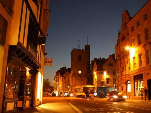 В средата на снимката се вижда кулата Карфакс (Carfax Tower). Тя е единственото, което е останало от църквата Сент Мартин (St Martin) в центъра на града.  Срещу входна такса човек може да се изкачи на кулата, но вечерта тя беше затворена и аз бях лишен от тази възможност.