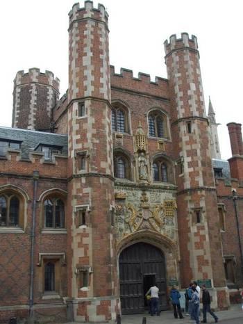 Официалните входове на повечето колежи са оформени със скулптурни композиции и кулички  - истински архитектурни шедьоври