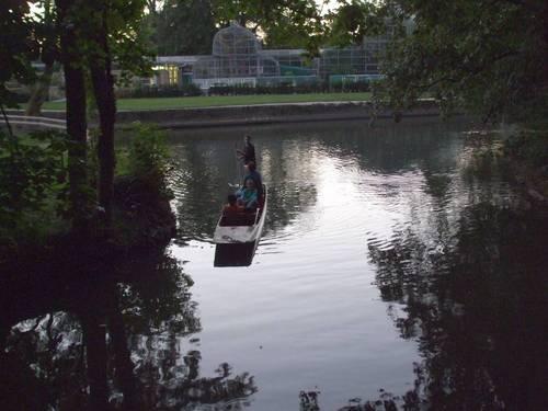 Тук, също като в Кембридж, се карат плоскодънни лодки с прътове