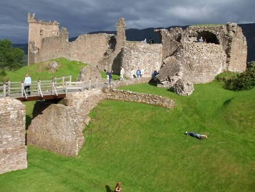 Разходка по крепостните стени и кули на замъка