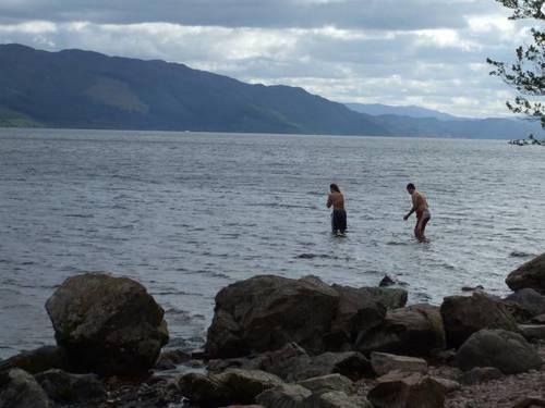 Тези двама младежи се опитаха да се изкъпят в Лох Нес, но бързо излязоха на брега. Явно им попречиха студената вода и каменистото дъно. А не страхът от митичното чудовище, живеещо в езерото.